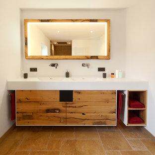 Großes Modernes Duschbad mit flächenbündigen Schrankfronten, beigen Schränken, weißer Wandfarbe, integriertem Waschbecken, braunem Boden und weißer Waschtischplatte in München