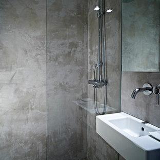 На фото: маленькая ванная комната в современном стиле с серыми стенами, полом из керамической плитки, душем без бортиков, душевой кабиной, подвесной раковиной, фиолетовым полом, открытым душем, тумбой под одну раковину и подвесной тумбой