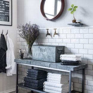 Bild på ett shabby chic-inspirerat badrum, med ett fristående handfat, öppna hyllor, vita väggar, tunnelbanekakel, bänkskiva i betong och mörkt trägolv