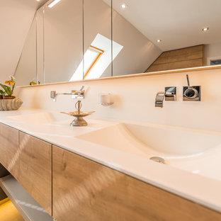 Idee per una stanza da bagno contemporanea di medie dimensioni con vasca da incasso, doccia a filo pavimento, WC sospeso, lavabo integrato, pavimento marrone e porta doccia scorrevole