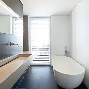Mittelgroßes Modernes Badezimmer mit freistehender Badewanne, weißer Wandfarbe, Beton-Waschbecken/Waschtisch und Trogwaschbecken in Stuttgart