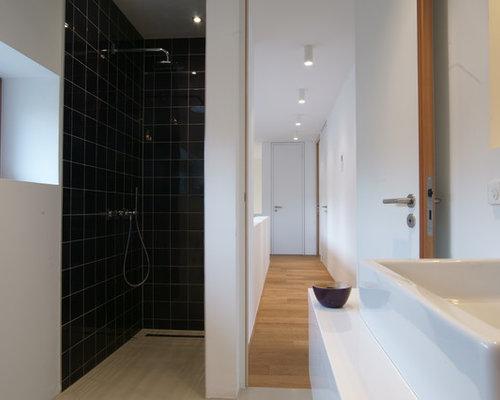 badezimmer mit vinyl-boden und schwarzen fliesen ideen & beispiele, Hause ideen