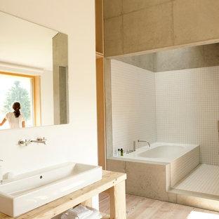 Diseño de cuarto de baño contemporáneo, grande, con armarios abiertos, bañera encastrada, ducha abierta, baldosas y/o azulejos blancos, baldosas y/o azulejos de cerámica, paredes blancas, suelo de madera clara, lavabo sobreencimera, encimera de madera, ducha abierta y encimeras beige