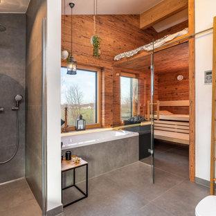 Großes Modernes Badezimmer En Suite mit Einbaubadewanne, Duschnische, Wandtoilette, grauen Fliesen, Porzellanfliesen, weißer Wandfarbe, Porzellan-Bodenfliesen, grauem Boden und offener Dusche in München