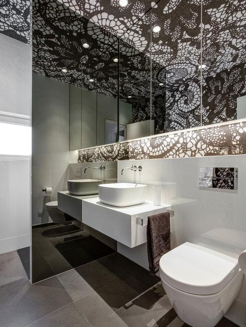 Kleines Modernes Duschbad Mit Flächenbündigen Schrankfronten, Weißen  Schränken, Nasszelle, Wandtoilette, Weißen Fliesen
