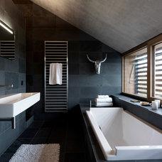 Contemporary Bathroom by Leicht Küchen AG