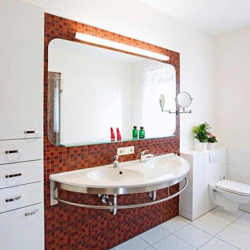 b der mit farbigen fliesen und wandtoilette ideen design. Black Bedroom Furniture Sets. Home Design Ideas