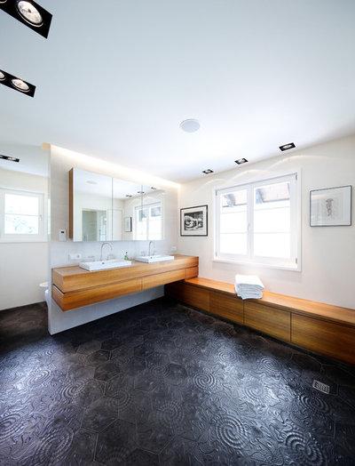 Modern Badezimmer by schöne räume ai GmbH