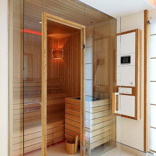 Esempio di una sauna design di medie dimensioni con pareti bianche, piastrelle beige, piastrelle in pietra, ante a persiana, ante marroni, vasca da incasso, doccia a filo pavimento, pavimento con piastrelle in ceramica, pavimento beige e doccia aperta