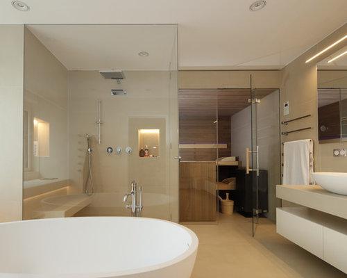 Großes Modernes Badezimmer Mit Flächenbündigen Schrankfronten, Beigen  Schränken, Freistehender Badewanne, Bodengleicher Dusche,