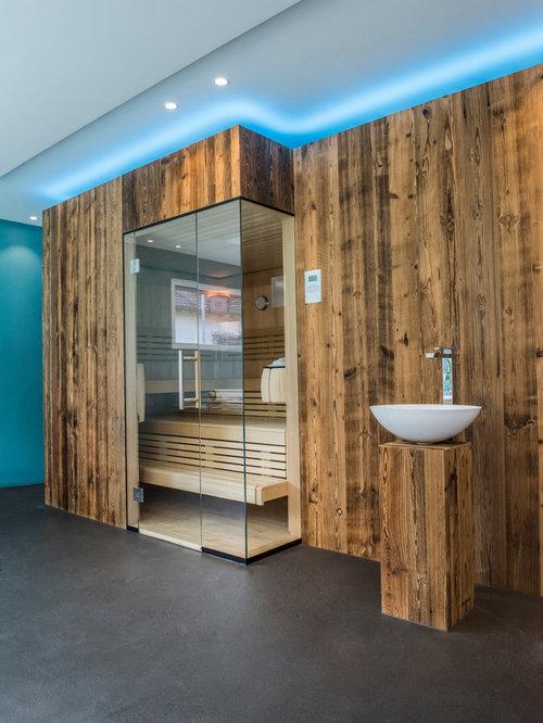 Modernes Badezimmer Mit Blauer Wandfarbe, Aufsatzwaschbecken, Waschtisch  Aus Holz Und Sauna In Sonstige
