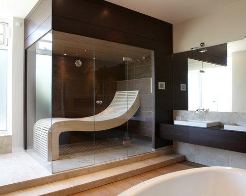 Großes Modernes Badezimmer Mit Freistehender Badewanne, Weißer Wandfarbe,  Braunem Holzboden, Aufsatzwaschbecken, Flächenbündigen