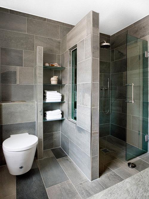 Mittelgroßes Modernes Duschbad Mit Duschnische, Wandtoilette, Grauen Fliesen,  Steinplatten Und Schieferboden In Sonstige