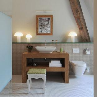 Großes Landhaus Badezimmer Mit Aufsatzwaschbecken, Offenen Schränken,  Hellbraunen Holzschränken, Weißen Fliesen, Mosaikfliesen