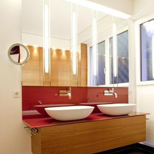 Ispirazione per una stanza da bagno padronale design con ante lisce, ante bianche, vasca ad angolo, doccia a filo pavimento, bidè, pareti rosse, pavimento in terracotta, lavabo a bacinella, pavimento marrone e doccia aperta