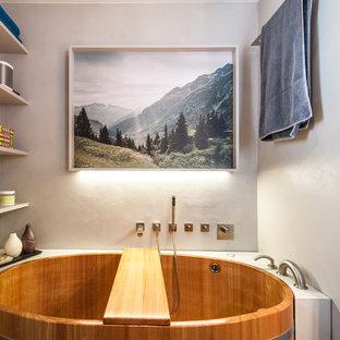 Modelo de cuarto de baño principal, asiático, pequeño, con armarios abiertos, puertas de armario blancas, combinación de ducha y bañera, paredes blancas y bañera japonesa