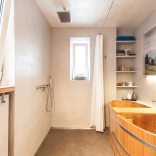 Mittelgroßes Modernes Badezimmer En Suite mit japanischer Badewanne, Nasszelle, grauer Wandfarbe, offenen Schränken, Betonboden, grauem Boden und Duschvorhang-Duschabtrennung in Stuttgart