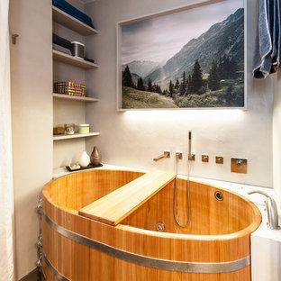 Cette Image Montre Une Petite Salle De Bain Principale Asiatique Avec Un  Placard Sans Porte,