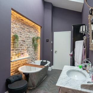 Modernes Duschbad mit freistehender Badewanne, grauer Wandfarbe, Unterbauwaschbecken, braunem Boden und weißer Waschtischplatte in Düsseldorf