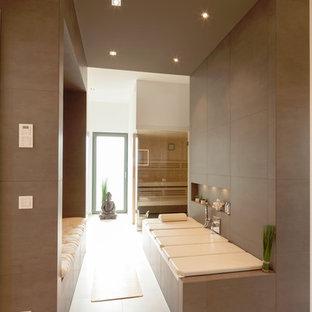 Esempio di una grande sauna contemporanea con vasca ad alcova, piastrelle grigie, pareti bianche e pavimento in pietra calcarea