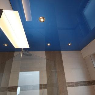 Idee per una piccola stanza da bagno con doccia design con doccia aperta, piastrelle beige, piastrelle in ceramica, pavimento in sughero, pavimento marrone e doccia aperta