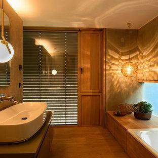 Mittelgroßes Modernes Badezimmer En Suite Mit Flächenbündigen  Schrankfronten, Grauen Schränken, Einbaubadewanne, Beigefarbenen Fliesen