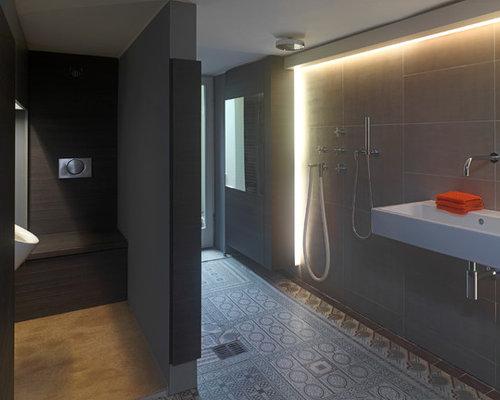 Großes Klassisches Duschbad Mit Flächenbündigen Schrankfronten, Dunklen  Holzschränken, Bodengleicher Dusche, Grauen Fliesen,