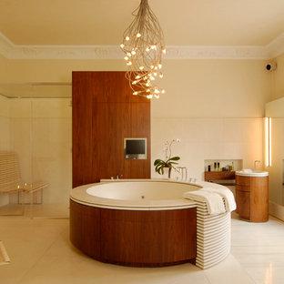 Idee per una grande stanza da bagno padronale contemporanea con lavabo a colonna, ante lisce, ante in legno scuro, vasca idromassaggio, doccia ad angolo, piastrelle bianche, pareti gialle, lastra di pietra e top in legno