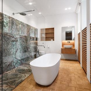 Modernes Duschbad Mit Lamellenschränken, Hellbraunen Holzschränken,  Freistehender Badewanne, Nasszelle, Grünen Fliesen,