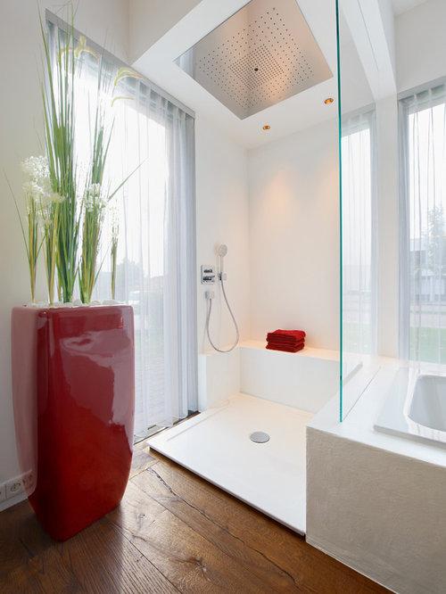 Mittelgroßes Modernes Badezimmer En Suite Mit Badewanne In Nische, Offener  Dusche, Weißer Wandfarbe,
