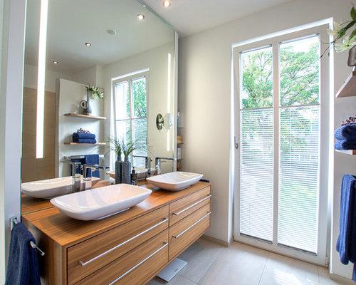 Mittelgroßes Modernes Badezimmer Mit Flächenbündigen Schrankfronten,  Hellbraunen Holzschränken, Weißer Wandfarbe, Zementfliesen,  Aufsatzwaschbecken