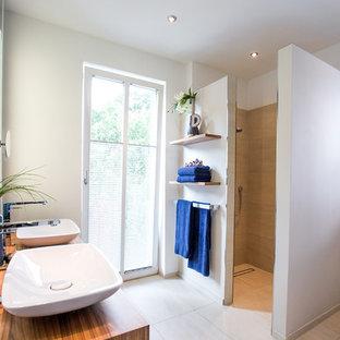 Mittelgroßes Modernes Duschbad mit hellbraunen Holzschränken, offener Dusche, beigefarbenen Fliesen, Zementfliesen, weißer Wandfarbe, Zementfliesen, Aufsatzwaschbecken, Waschtisch aus Holz, beigem Boden, offener Dusche, brauner Waschtischplatte, flächenbündigen Schrankfronten, WC-Raum, Doppelwaschbecken und schwebendem Waschtisch in Sonstige