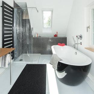 Mittelgroßes Modernes Duschbad mit freistehender Badewanne, Eckdusche, schwarzen Fliesen, Mosaikfliesen, weißer Wandfarbe, Aufsatzwaschbecken, Waschtisch aus Holz, weißem Boden, Duschvorhang-Duschabtrennung und brauner Waschtischplatte in Stuttgart