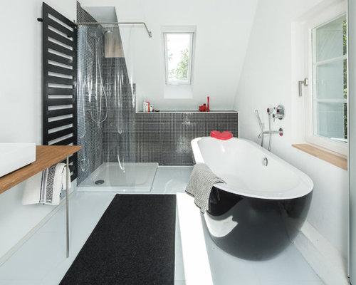Mittelgroßes Modernes Duschbad Mit Freistehender Badewanne, Eckdusche,  Schwarzen Fliesen, Mosaikfliesen, Weißer Wandfarbe