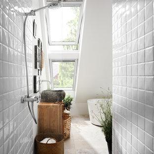 Kleines Modernes Duschbad mit freistehender Badewanne, offener Dusche, weißen Fliesen, Keramikfliesen, weißer Wandfarbe, Aufsatzwaschbecken, Waschtisch aus Holz, beigem Boden, offener Dusche und brauner Waschtischplatte in Düsseldorf