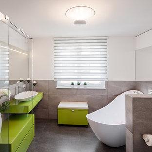 mittelgrosses modernes badezimmer mit grunen schranken bodengleicher dusche braunen fliesen aufsatzwaschbecken weisser