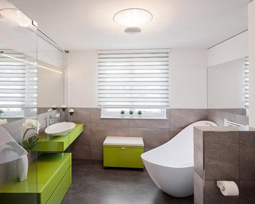 Mittelgroßes Modernes Badezimmer Mit Grünen Schränken, Bodengleicher  Dusche, Braunen Fliesen, Aufsatzwaschbecken, Weißer