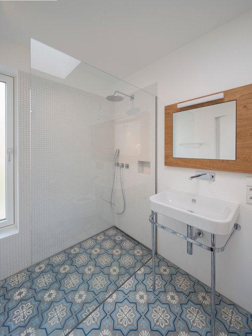 Mittelgroßes Modernes Badezimmer Mit Bodengleicher Dusche, Weißen Fliesen,  Mosaikfliesen, Weißer Wandfarbe, Waschtischkonsole