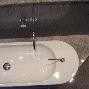 Foto di una grande stanza da bagno padronale design con ante lisce, ante bianche, vasca da incasso, vasca/doccia, WC sospeso, piastrelle bianche, piastrelle di vetro, lavabo a bacinella, top in granito, pavimento arancione, doccia aperta e top grigio