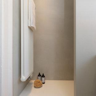 Modelo de cuarto de baño con ducha, papel pintado y papel pintado, moderno, pequeño, papel pintado, con armarios con paneles lisos, puertas de armario de madera clara, ducha empotrada, sanitario de dos piezas, baldosas y/o azulejos grises, paredes grises, suelo de azulejos de cemento, lavabo sobreencimera, encimera de madera, suelo multicolor, ducha abierta, papel pintado y papel pintado