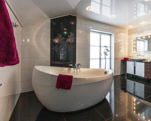Großes Modernes Badezimmer En Suite Mit Flächenbündigen Schrankfronten,  Freistehender Badewanne, Schwarz Weißen Fliesen