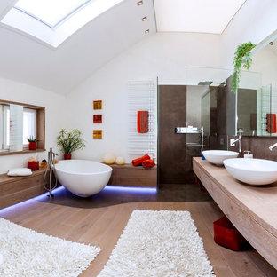 Großes Modernes Badezimmer En Suite Mit Freistehender Badewanne,  Bodengleicher Dusche, Weißer Wandfarbe, Aufsatzwaschbecken