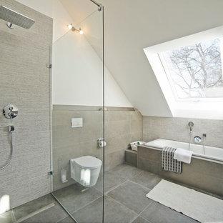 Mittelgroßes Modernes Duschbad mit Einbaubadewanne, bodengleicher Dusche, Wandtoilette mit Spülkasten, beigefarbenen Fliesen, Zementfliesen, weißer Wandfarbe, Zementfliesen, beigem Boden und offener Dusche in München