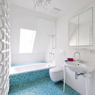 Inspiration för ett mellanstort eklektiskt badrum med dusch, med ett platsbyggt badkar, vita väggar, släta luckor, vita skåp, en kantlös dusch, en vägghängd toalettstol, vit kakel, porslinskakel, klinkergolv i småsten, ett avlångt handfat, träbänkskiva, beiget golv och med dusch som är öppen