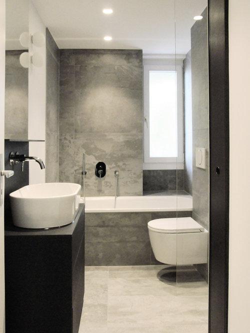 Kleines Modernes Badezimmer Mit Flächenbündigen Schrankfronten, Schwarzen  Schränken, Badewanne In Nische, Wandtoilette,
