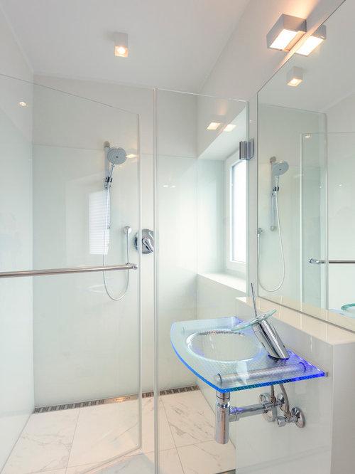 Badezimmer mit bodengleicher dusche und glasfliesen for Badezimmer design hannover