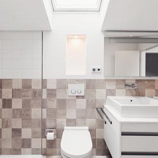 Esempio di una piccola stanza da bagno design con ante lisce, ante bianche, piastrelle in ceramica, pavimento con piastrelle in ceramica, lavabo a bacinella, WC sospeso, piastrelle beige, piastrelle marroni e pareti marroni