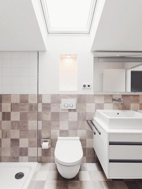 Kleines Modernes Badezimmer Mit Flächenbündigen Schrankfronten, Weißen  Schränken, Keramikfliesen, Keramikboden, Aufsatzwaschbecken,