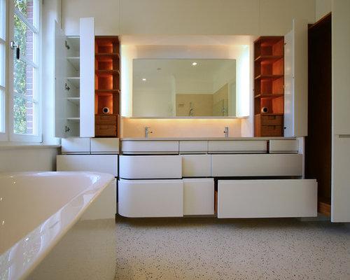 Mittelgroßes Modernes Badezimmer Mit Flächenbündigen Schrankfronten, Weißen  Schränken, Weißer Wandfarbe Und Trogwaschbecken In Hamburg