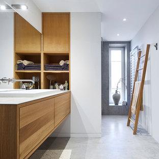 Источник вдохновения для домашнего уюта: большая главная ванная комната в современном стиле с плоскими фасадами, фасадами цвета дерева среднего тона, белыми стенами, бетонным полом, настольной раковиной, серым полом, белой плиткой, зеркальной плиткой, стеклянной столешницей, серой столешницей и душем без бортиков